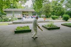 """""""Entfernung und Dichte"""" Performance mit: Hiromi Miyakita, Tanz / Akio Suzuki (JP), diverse Instrumente / Georges Paul (D/GR), Saxofon & Kontrabass Innerhalb des Klangkunst-Projekts b o n n  h o e r e n der Beethovenstiftung Bonn wird am 25. August 2018 im Stadtpark Bad Godesberg um den Trinkpavillon der Kurfürstenquelle eine einmalige Aufführung der japanischen Choreografin Hiromi Miyakita aus Kyoto stattfinden. Zu dieser Tanzperformance hat sie zwei weitere Performer eingeladen, den aktuellen Bonner Stadtklangkünstler Akio Suzuki und den Bonner Musiker Georges Paul. Gemeinsam erkunden sie mit tänzerischen und klanglichen Mitteln die Landschaft des Stadtparks, und beziehen dabei die seit 2012 permanent klingende Installation """"3_fluidum"""" des ehemaligen Bonner Stadtklangkünstlers Andreas Oldörp um die Kurfürstenquelle in ihre Aktionen mit ein.  FOTO: MEIKE BÖSCHEMEYER"""
